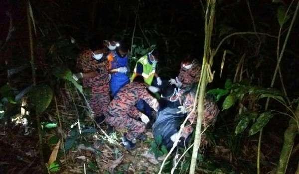Anggota bomba membawa keluar mayat Alan Aloh dari Gunung Semangkuk, Bukit Fraser, malam tadi.