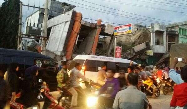 20161207-gempa-bumi-banda-acheh-runtuh