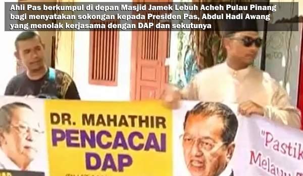 BEBERAPA ahli Pas berkumpul di depan Masjid Jamek Lebuh Acheh Pulau Pinang bagi menyatakan sokongan kepada Presiden Pas, Abdul Hadi Awang yang menolak kerjasama dengan DAP dan sekutunya.